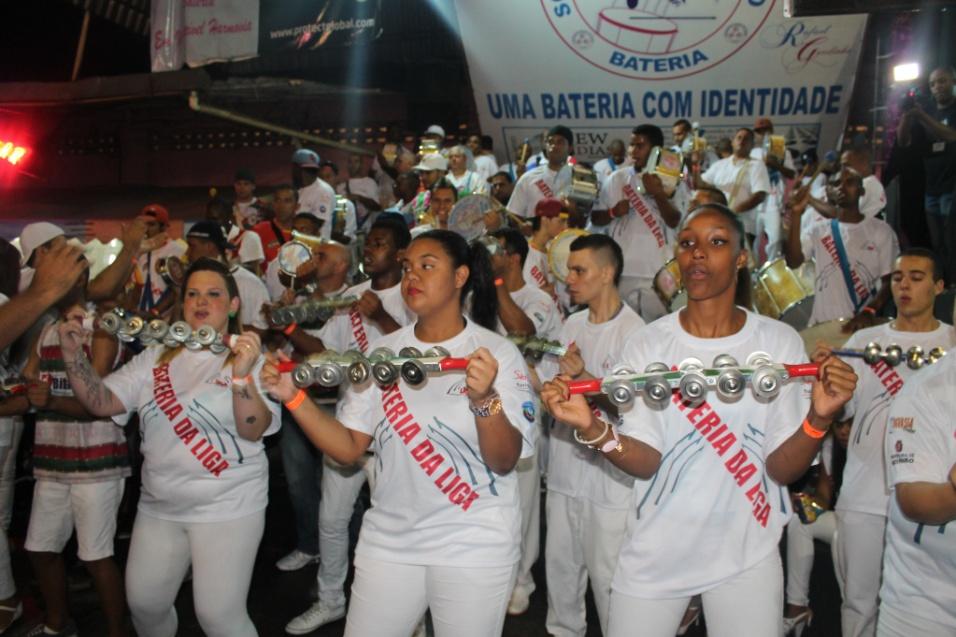 7.dez.2013 - Bateria unificada, formada por integrantes das 22 escolas do grupo  especial e de acesso, toca durante lançamento do CD com sambas-enredo para o Carnaval de 2014 de São Paulo