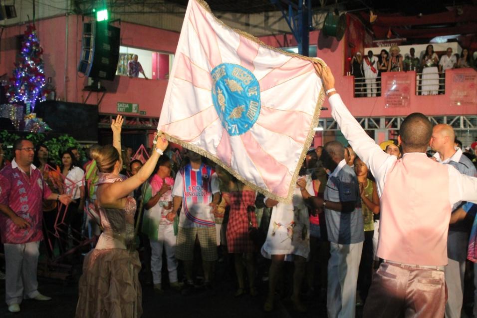 7.dez.2013 - Casal de mestre-sala e porta-bandeira da escola Rosas de Ouro se apresenta na quadra da agremiação durante lançamento do CD oficial com os sambas-enredo para o Carnaval de 2014 de São Paulo