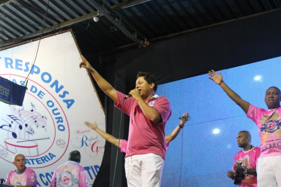 Darlan Carneiro, intérprete da Rosas de Ouro, se apresenta durante lançamento do CD oficial com os sambas-enredo para o Carnaval de 2014 de São Paulo