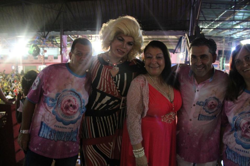 7.dez.2013 - A drag queen Salete Campari posa ao lado de Angelina Basílio, presidente da Rosas de Ouro no lançamento do CD oficial com os sambas-enredo para o Carnaval de 2014 de São Paulo