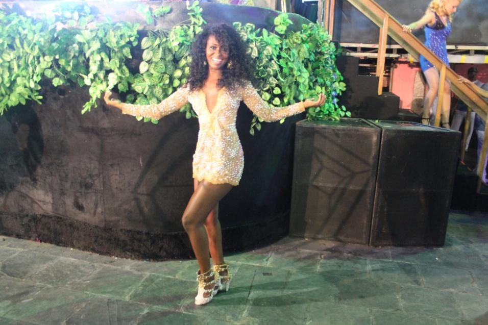 7.dez.2013 - Joyce Costa, passista da Camisa Verde e Branco, esbanjou beleza, elegância e samba no pé na quadra da Rosas de Ouro