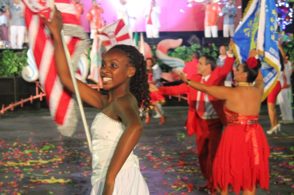 7.dez.2013 - Passistas da escola Colorado do Brás se apresentam na quadra da Rosas de Ouro no lançamento do CD oficial com os sambas-enredo para o Carnaval de 2014 de São Paulo