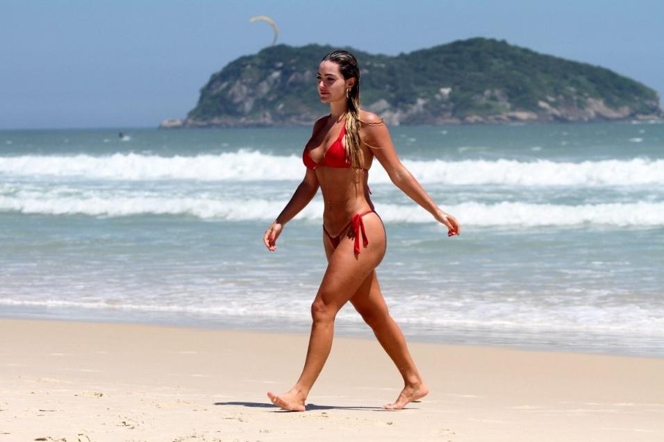 "9.dez.2013 - A modelo Laura Keller, que foi capa da revista ""Sexy"" como a garota mais sexy de 2013, desfila pela praia da Barra da Tijuca"