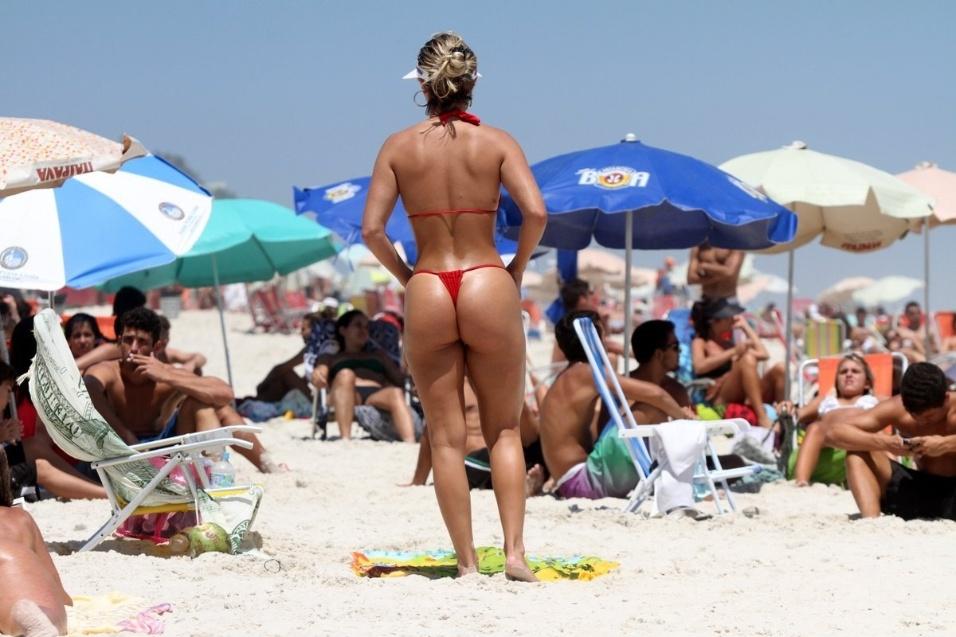 """9.dez.2013 - A modelo Laura Keller, que foi capa da revista """"Sexy"""" como a garota mais sexy de 2013, se descuidou ao pegar sol sem a parte de cima do biquíni na praia da Barra da Tijuca, na zona oeste do Rio de Janeiro"""