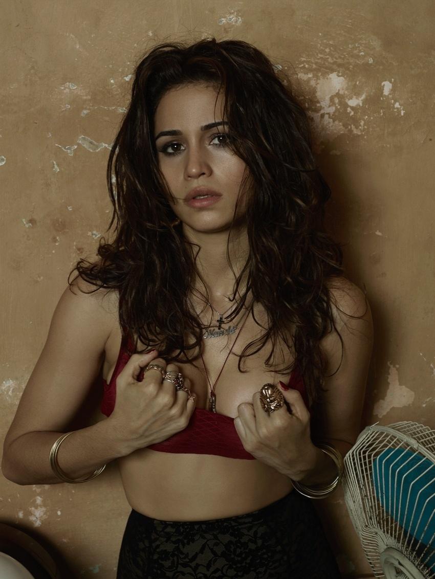 22.jul.2013 - A revista Playboy divulgou imagens dos bastidores do ensaio feito pela atriz Nanda Costa. As fotos foram feitas em Cuba pelo fotógrafo Bob Wolfenson