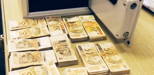12.dez.2013 - O Ministério Público de SP encontrou um pacote de dinheiro entre os pertences apreendidos no apartamento de Ronílson Rodrigues