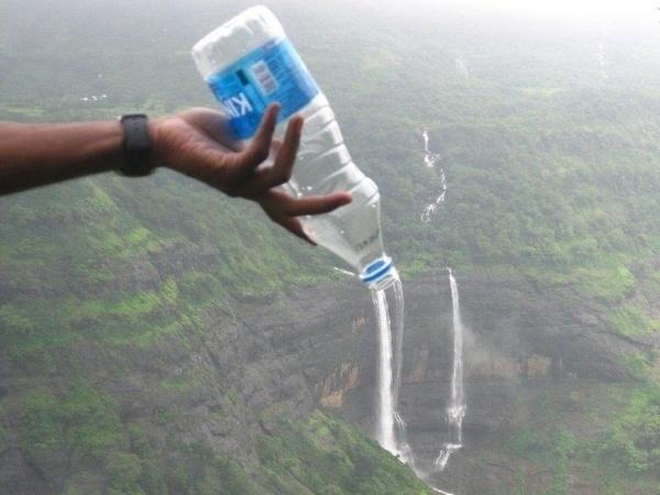 Foto mostra uma garrafinha de água como a fonte do fluxo de uma extensa cachoeira mas é apenas um clique tirado em um ângulo perfeito