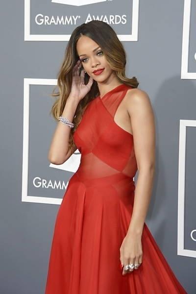 """14.dez.2013 - Aos 25 anos, a cantora Rihanna está empolgada para voltar ao Brasil no começo de 2014. Ela fará um ensaio especial para a edição brasileira da revista """"Vogue"""". Segundo a coluna Olá, assinada por Vivian Masutti e publicada no jornal """"Agora"""", ela quer conhecer um jogador de futebol durante sua estadia. Rihanna desembarca no Rio no dia 11 de janeiro e ficará hospedada cinco dias no hotel Fasano, em Ipanema. Na foto, Rihanna posa ao chegar à cerimônia do Grammy em Los Angeles, na Califórnia."""