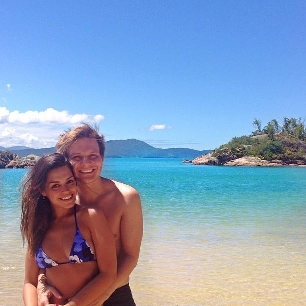 """19.dez.2013 - Michel Teló e Thais Fersoza curtiram praia paradisíaca em clima de romance. As imagens do passeio foram divulgadas pelo casal no Instagram.  """"Simplesmente.. Férias! #melhorciadomundo #amomto #agentemerece"""", escreveu a atriz"""