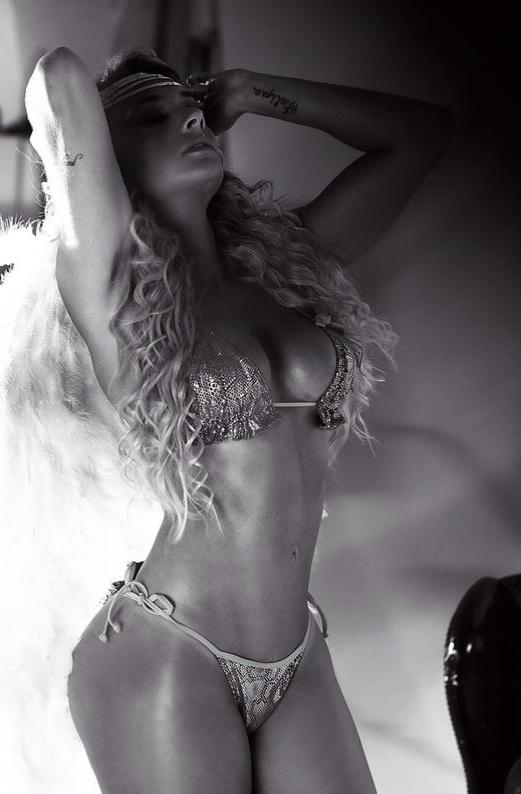 14.jan.14 - A legendete Juju Salimeni posou como anjinha sexy para um ensaio especial para a nova campanha de sua marca de biquínis. A inspiração da linha 'Hipkini' e das fotos clicadas pelo fotógrafo Edu Fuica foi temática fetiche