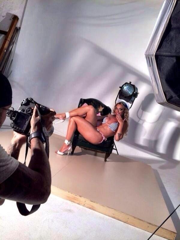 14.jan.14 - Outra fantasia usada por Juju Salimeni foi a de marinheira. A legendete participou de um ensaio especial para a nova campanha de sua marca de biquínis. A inspiração da linha 'Hipkini' e das fotos clicadas pelo fotógrafo Edu Fuica foi temática fetiche
