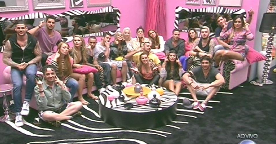 """14.jan.2014 - Participantes recebem o primeiro contato com Pedro Bial na sala do """"BBB14"""""""