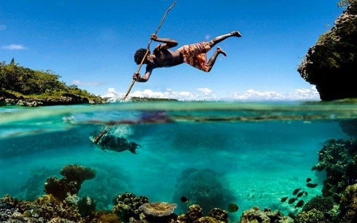 Ele está pescando ou se equilibrando no peixe