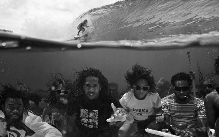 O surfista tira onda e passa por cima dos amigos na foto