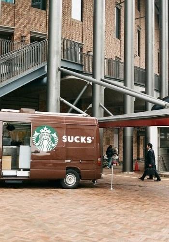 """O veículo da franquia Starbucks acabou formando outra palavra ao abrir a porta: """"sucks"""", que, em tradução livre, quer dizer """"chupar"""""""