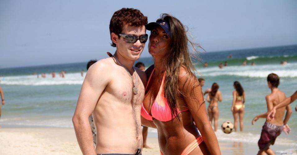 22.jan.14 - 22.jan.14 - Ao sair do mar, Nicole Bahls voltou a atender os fãs e não se incomodou em tirar algumas fotos com eles