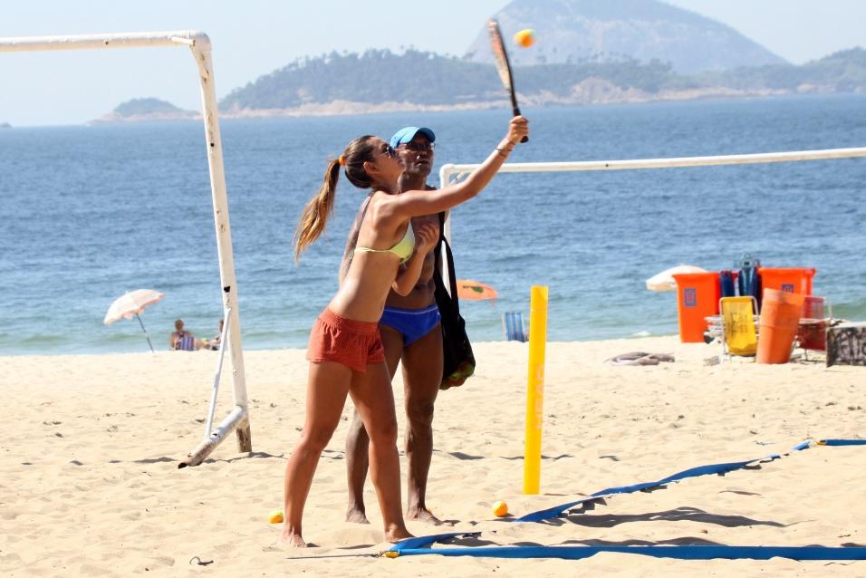 """24.jan.14 - A modelo e repórter do """"Fautão"""" Leticia Wiermann mostrou que está com com tudo em cima durante aula de tênis na praia. De biquíni e com um shorts bem curtinho, a morena desfilou suas curvas pela praia de Ipanema, no Rio de Janeiro"""