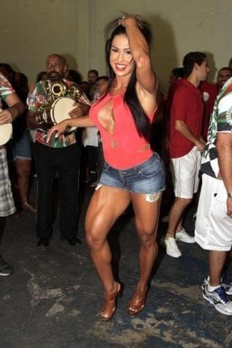 26.jan.14 - Gracyanne Barbosa caprichou no decote para curtir o ensaio da escola de samba  X-9 Paulistana, neste domingo. A rainha de bateria da agremiação também mostrou suas pernas torneadas em um short bem curtinho
