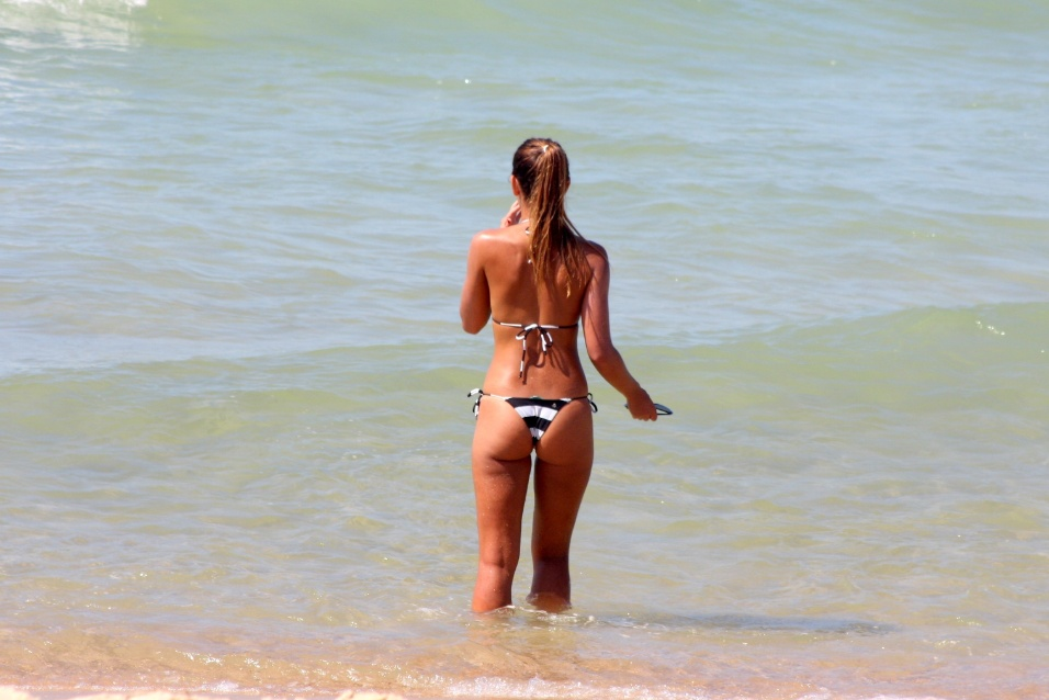 3.fev.2014 - A modelo Letícia Wiermann aproveitou o dia ensolarado para curtir a praia de Ipanema, no Rio de Janeiro. A filha do apresentador José Luis Datena praticou tênis de praia com um amigo e depois se refrescou com um banho de mar