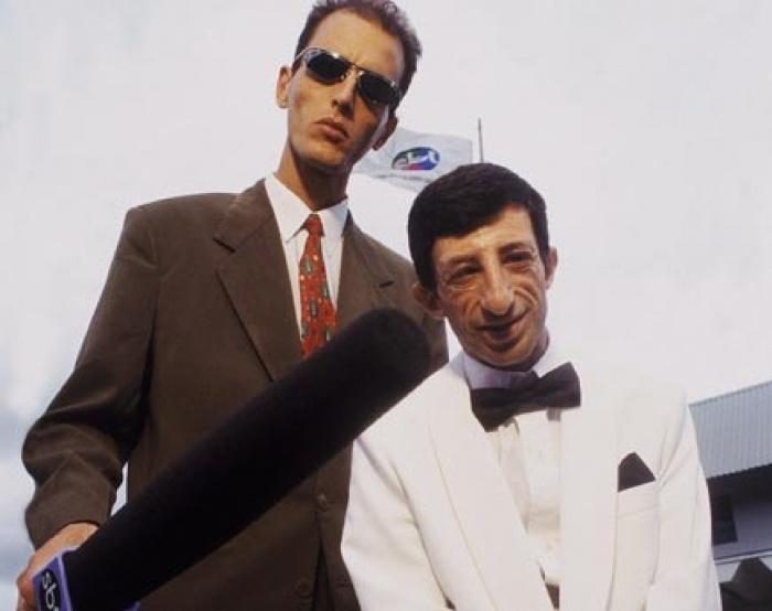 """3.fev.2014 - Rodolfo Carlos e Cláudio Chirinian, o ET, no SBT, em 1998. Os humoristas começaram a fazer sucesso no final da década de 90. Os dois tinham um quadro fixo no """"Domingo Legal"""", extinto programa de Gugu Liberato, em que acordavam artistas. Com o fim da dupla em 2001, Rodolfo manteve-se como repórter do programa até julho de 2009. Em fevereiro de 2010, Cláudio Chirinian morreu aos 46 anos vítima de uma parada cardíaca"""