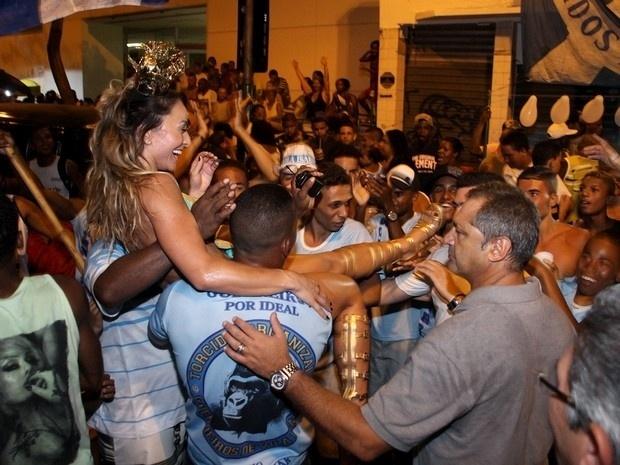 2.fev.2014 - Sabrina Sato recebe recepção calorosa do público que curtia o ensaio da Vila Isabel, no Rio de Janeiro