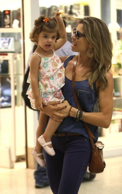 4.fev.2014 - Grazi Massafera é clicada em momentos carinhosos com a pequena Sofia no aeroporto Santos Dumont, no Rio de Janeiro. A atriz foi fotografa dando beijinhos e brincando com a garotinha na escada rolante do local