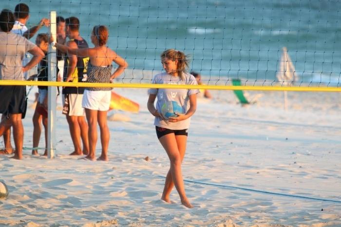 4.fev.2014 - Sasha treina com a equipe de vôlei na praia da Barra da Tijuca, no Rio de Janeiro. A filha da apresentadora Xuxa faz parte do time do Flamengo e já participou de algumas disputas com a camis