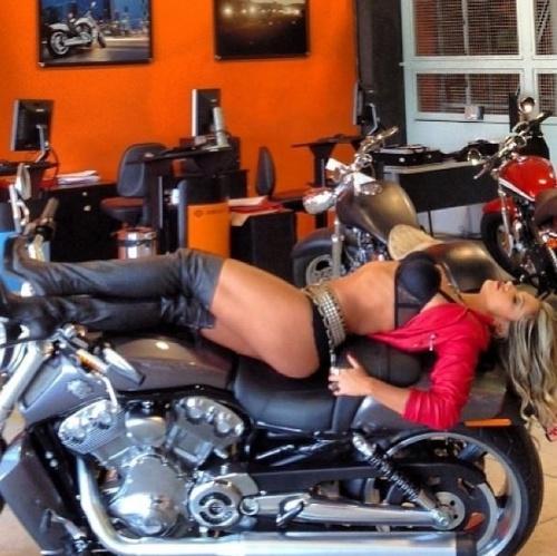 6.fev.2013 - A ex-BBB Fani Pacheco posa de lingerie sexy em ensaio em loja de moto. A modelo divulgou as fotos no Instagram e fez questão de dizer que as imagens estavam sem Photoshop