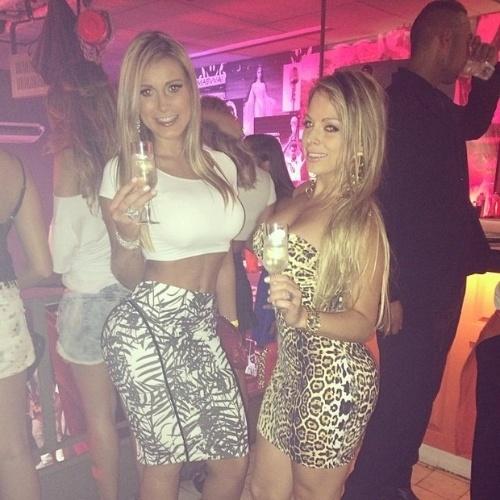 10.fev.2014 - Com um look coladinho, Andressa Urach (à esq.) badalou com a amiga Jéssica Lopes, mais conhecida como a Peladona de Congonhas