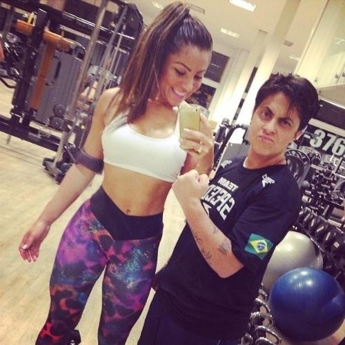 """12.fev.2014 - Thammy Miranda caprichou no carão ao posar com a namorada, Andressa Ferreira na academia. As duas mostraram que o amor continua no ar até mesmo na hora de pegar pesado na malhação. Ao contrário da amada, Andressa posou sorridente de legging e top e escreveu na legenda: """"Porque qualquer hora é hora, vamo amor @thammymiranda #foco #dedicação #dieta #body #gym"""", escreveu na legenda da imagem"""""""
