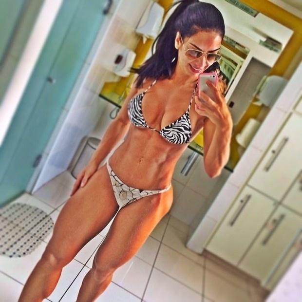"""20.fev.2014 - A apresentadora Graciella Carvalho exibiu o resultado de muito esforço dentro da academia ao postar uma foto mostrando o corpo bem definido no Instagram. """"Parabéns pra mim!!! 5kg a menos e ainda quero mais"""", escreveu na legenda da imagem"""