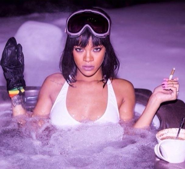 21.fev.2014 - A cantora Rihanna encarou as baixas temperaturas de Aspen, nos Estados Unidos, e postou no Instagram fotos em que aparece tomando banho de banheira na neve. Aparentemente sem se importar com a temperatura, ela posou de bíquini com óculos esportivo, luva e cigarro na mão