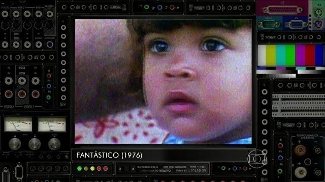 """21.fev.2014 - O programa Vídeo Show, apresentado por Zeca Camargo na TV Globo, exibiu uma entrevista de Gilberto Gil ao programa Fantástico em 1976. Na ocasião, a filha do cantor, Preta Gil, apareceu no vídeo ainda bebê. Ao ver as imagens, Preta ficou emocionada. Na entrevista, Gil cantou uma música que escreveu para ela. """"Meu pai me botava pra dormir cantando essa musiquinha"""", revelou Preta. No bate-papo, ela contou ainda que seu sonho de infância era estar no palco e ser chacrete. """"Eu era metida"""", contou"""