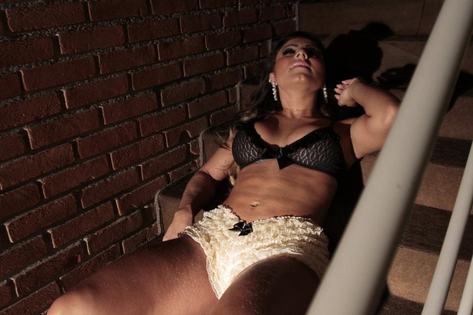 """22.fev.2014 - A modelo Andressa Ferreira exibiu suas curvas em um ensaio sensual especial para presentear a namorada, a atriz Thammy Miranda. Atualmente, a morena é assistente de palco do programa """"Legendários"""", da Record. Juntas há dois meses, Thammy garante que o namoro é para valer e revela que sua mãe, a cantora Gretchen, aprova o relacionamento. """"É difícil minha mãe gostar de alguma namorada minha que apresento, mas elas se deram super bem, ela aprovou"""", revelou Thammy em entrevista ao UOL"""