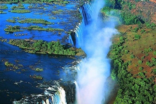 24.fev.2014 - A Devil's Pool é a piscina natural mais perigosa do mundo. Situada à beira de um penhasco, possui 105 metros de altura e é a sensação de turistas destemidos que vão conhecer as Cataratas Victória, que estão entre as maiores cachoeiras do mundo, situadas entre a fronteira de Zâmbia e Zimbábue, na África. Consideradas Patrimônio Mundial da Humanidade pela Unesco, as cataratas têm 1,5 km de extensão e alcançam mais de 100 metros de altura, o que não impede que turistas brinquem e se arrisquem a tirar fotos perto da borda que dá para o abismo da queda d'água