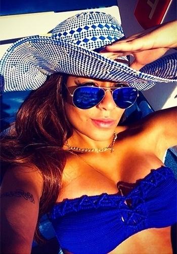 """25.fev.2014 - Rafaella Santos, irmã de Neymar,está aproveitado o tempo livre para relaxar. A garota publicou no Instagram uma imagem na qual aparece tomando sol de biquíni azul em um cruzeiro. Apesar de ser elogiada na rede social, ela acabou ganhando um puxão de orelha de um de seus seguidores: """"Meu Deus, essa menina só viaja? Por que não vai trabalhar, estudar, fazer alguma coisa, sei lá. Não faz nada da vida"""""""