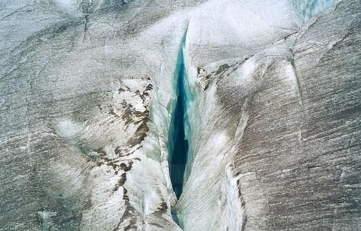 É apenas uma fenda no gelo, mas pode pegar muita gente de surpresa em um primeiro momento