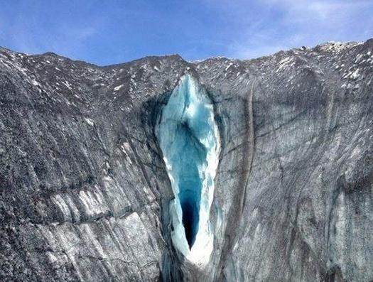 Esta abertura em meio à paisagem montanhosa também pode gerar dúvidas para quem bate o olho rapidamente pela foto