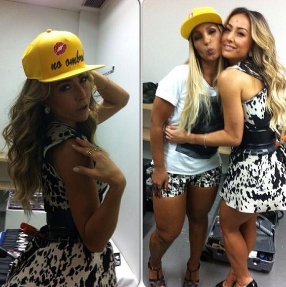 """01.fev.2014 - Sabrina Sato, ao lado de Valesca Popozuda, também registrou o momento e postou no Instagram o seu """"beijinho no ombro"""""""