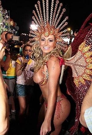 1º.mar.2014 - Andressa Urach, que havia participado dos ensaios da Leandro de Itaquera com adesivos nos seios, desfilou de topless na primeira noite do Carnaval de São Paulo