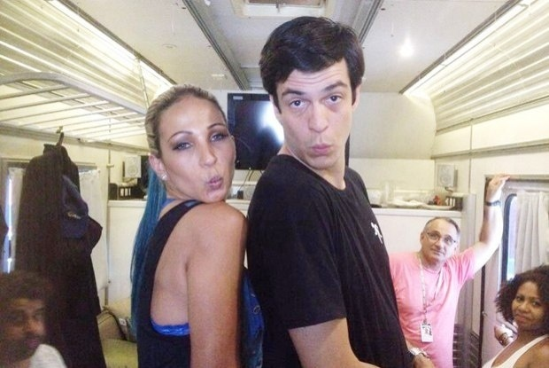"""26.fev.2014 -  Durante as gravações da novela """"Amor à Vida"""", em que Valesca Popozuda fez uma participação, Mateus Solano não perdeu tempo e mandou um """"beijinho no ombro"""""""