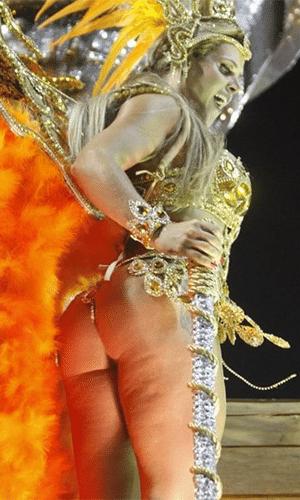 3.nar.2014 - Denise Rocha, conhecida como Furação da CPI, sambou muito na avenida, mas acabou sendo fotografada em um ângulo ruim durante o desfile da Grande Rio, no Carnaval carioca. A bela exibiu os tão temidos furinhos de celulite na perna e bumbum