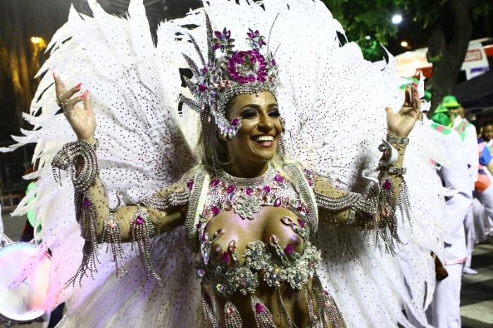 1.mar.2014 - Alessandra Mattos desfila com os seios descobertos pela escola de acesso carioca União do Parque de Curicica