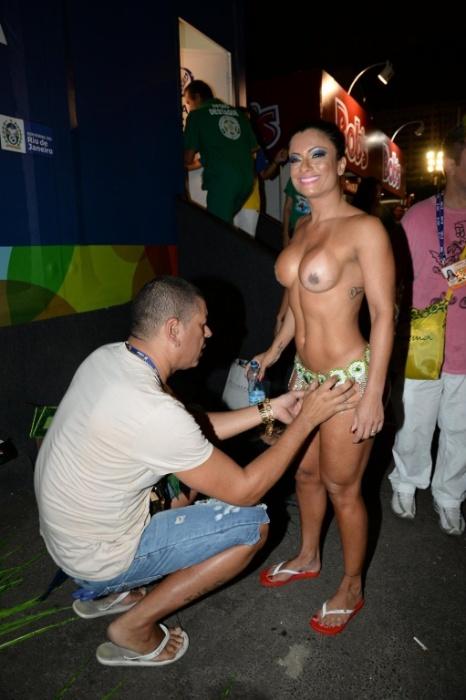 2.mar.2014 - Dani Sperle recebe ajuda para colocar a fantasia na concentração do desfile da Nenê de Vila Matilde, em São Paulo
