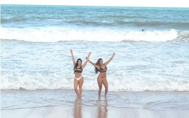 13.mar.2014 - As ring girls Thays Leão  (esq.) e Katiely Kathissumi aproveitaram para tomar um banho de mar durante ensaio em uma praia