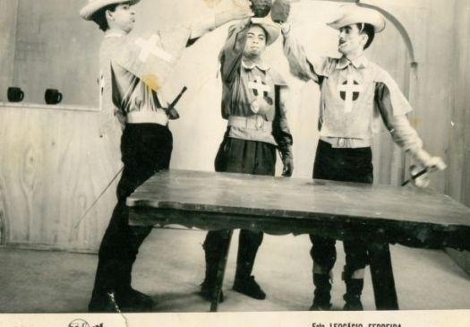 """1960 - Renato Aragão (à direita) em esquete na TV Ceará, atual TV Verdes Mares, no início dos anos 60. Foi na emissora cearense que Didi apareceu pela primeira vez na TV, no programa """"Vídeo Alegre"""""""