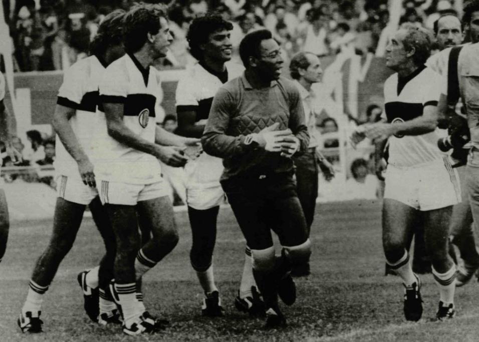 1986 - O ator e humorista Renato Aragão, mais conhecido como Didi, durante gravação de filme com Pelé, antes do jogo entre Vasco e Flamengo, no Rio de Janeiro (RJ)