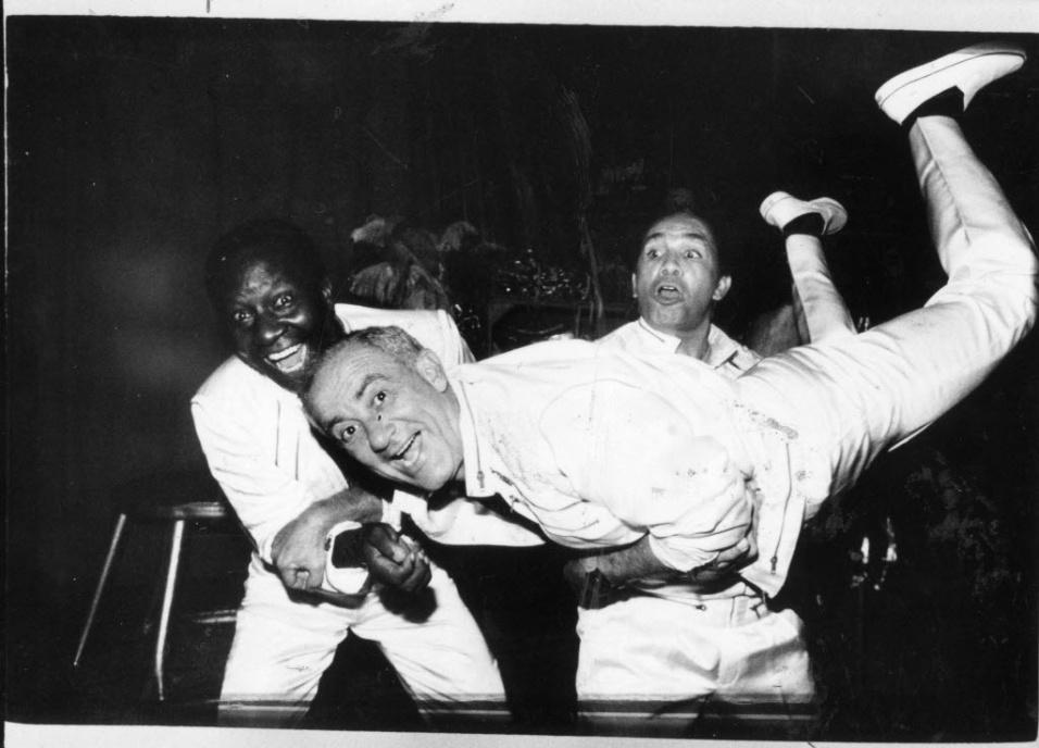 """1990 - Ss humoristas Mussum, Renato Aragão (Didi) e Dedé Santana, """"Os Trapalhões"""", posam para foto"""