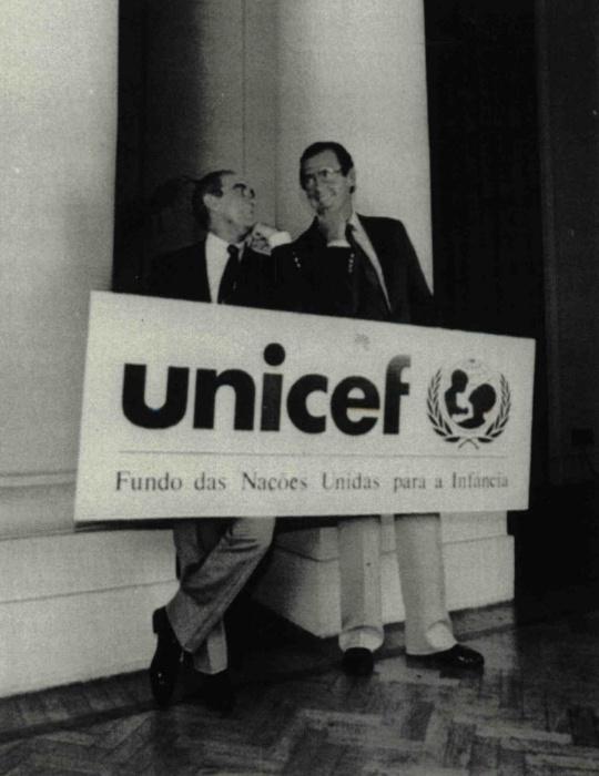 1991 - O ator e humorista Renato Aragão (à esq.), mais conhecido como Didi, posa para foto com o ator Roger Moore em homenagem que recebeu da Unicef, no Rio de Janeiro (RJ)