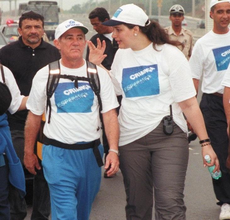 1999 - O humorista Renato Aragão, o Didi, anda no acostamento com sua mulher na Via Dutra, durante peregrinação até Aparecida